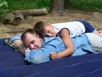 Frères heureux et la joie de l'été Photo stock