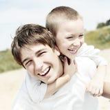 Frères heureux extérieurs Photos stock