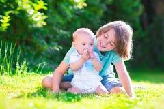Frères heureux jouant dans le jardin Photographie stock