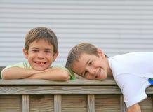 Frères jouant autour Photo stock