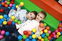 Frères jouant dans la piscine de boule photo libre de droits