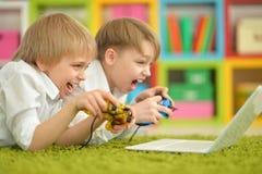 Frères jouant un jeu d'ordinateur Photos libres de droits
