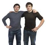 Frères jumeaux dans les vêtements décontractés Image stock