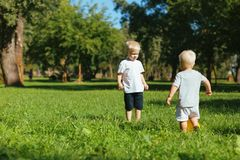 Frères mignons jouant ensemble dans le jardin images stock