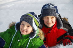 Frères posant dans la neige Photographie stock