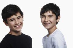 Frères préadolescents heureux sur le fond blanc Photographie stock