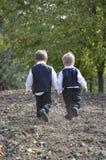 Frères se dirigeant à la maison image stock