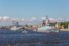 Frégate d'amiral Makarov et Stoykiy corvette sur le défilé naval le jour de la flotte russe à St Petersburg Photographie stock libre de droits