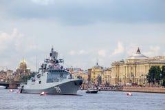 Frégate d'amiral Makarov sur la répétition du défilé naval le jour de la flotte russe à St Petersburg Photos stock
