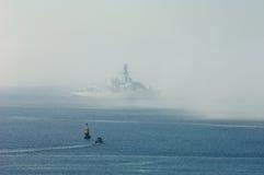 Frégate dans le brouillard dans le bruit de Plymouth Photographie stock