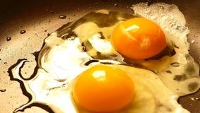 Fría los huevos en un sartén almacen de metraje de vídeo