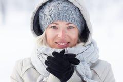 Frío beeing de la muchacha al aire libre en invierno fotografía de archivo libre de regalías