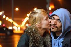 Frío ciudad de la caída. la mujer está besando a su hombre Foto de archivo