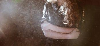 Frío de sensación de la mujer foto de archivo libre de regalías