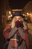 Frío del invierno de las manos de la mujer de la chica joven que se calienta al aire libre Fotografía de archivo
