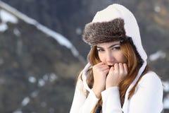Frío que va de la mujer abrigado en invierno al aire libre Imagen de archivo