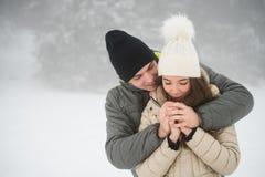 Frío que va de los pares abrigado en invierno al aire libre Fotos de archivo libres de regalías