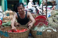 Frío rojo del hombre del mercado callejero de la cesta asiática de la venta Imágenes de archivo libres de regalías