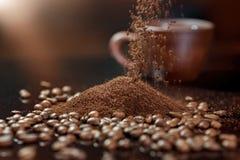 Frö av kaffeslutet upp på en svart bakgrund grinded kaffe royaltyfria bilder