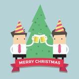 Fröhliche Chirstmas-Geschäftsmänner, die Gläser Bier rösten Stockfoto