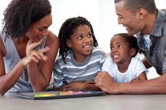 Fröhliche Familie, die handgemachte Plätzchen isst Stockfoto