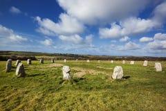 Fröhliche Mädchen-neolithischer Steinkreis Cornwall England Stockfotos