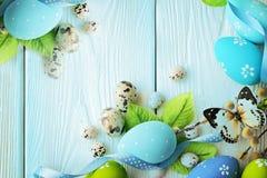 Fröhliche Ostern blaues farbiges Ostern auf dem blauen hölzernen Hintergrund Freier Platz für Text lizenzfreie stockbilder