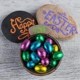 Fröhliche Ostern 2017 Brief z.B. geschrieben auf Kiesel mit Schokolade Stockbilder
