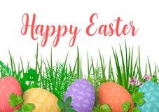 Fröhliche Ostern Bunte Eier Ostern in der Reihe mit verschiedenen einfachen Verzierungen weißer hölzerner Hintergrund und Blumenr Stockfoto