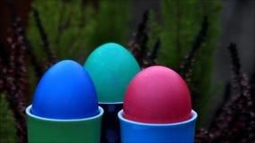 Fröhliche Ostern, bunte Ostereier in den bunten Eierbechern stock footage