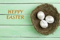 Fröhliche Ostern Draufsichtnest mit gemalten Eiern auf Holztisch Kopieren Sie Raum für Text Lizenzfreie Stockbilder