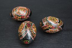 Fröhliche Ostern Gemalte Eier auf schwarzem Hintergrund Beschneidungspfad eingeschlossen Kopieren Sie Raum für Text Stockfotos