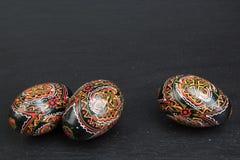 Fröhliche Ostern Gemalte Eier auf schwarzem Hintergrund Beschneidungspfad eingeschlossen Kopieren Sie Raum für Text Lizenzfreie Stockbilder