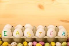 Fröhliche Ostern, gemalte Eier in einem Kasten Lizenzfreies Stockfoto
