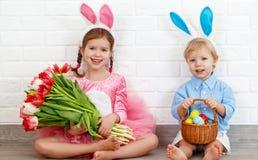 Fröhliche Ostern! lustige lustige Kinder mit den Ohrhasen, die gelesen erhalten Lizenzfreie Stockfotos