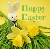 Fröhliche Ostern mit Häschen- und Narzissenillustration stockbild