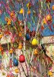 Fröhliche Ostern Ostereier auf einem Baum Gelbe Hühner auf einem Baum Lizenzfreie Stockfotografie