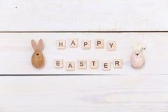 Fröhliche Ostern! Ostereier auf weißem hölzernem Hintergrund Draufsicht mit Kopienraum Stockfotografie