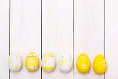 Fröhliche Ostern! Ostereier auf weißem hölzernem Hintergrund Draufsicht mit Kopienraum Lizenzfreies Stockfoto