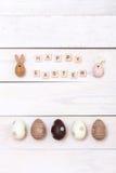 Fröhliche Ostern! Ostereier gemalt in den Pastellfarben auf weißem hölzernem Hintergrund Draufsicht mit Kopienraum Stockfoto