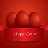 Fröhliche Ostern Rote Ostereier eingewickelt im roten Band Rotes backgro Lizenzfreie Stockfotos