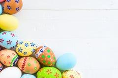 Fröhliche Ostern! Rudern Sie bunte Ostereier mit buntem Papier-flowe stockbilder