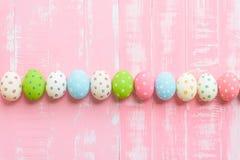 Fröhliche Ostern! Rudern Sie Ostereier mit bunten Papierblumen auf bri stockfotografie