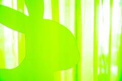 Fröhliche Ostern - Teil eines hellgrünen Plastikkaninchens Lizenzfreie Stockfotos