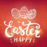 Fröhliche Ostern typografisch und Eier auf Feiertagshintergrund mit Licht und Sternen Lizenzfreie Stockfotos