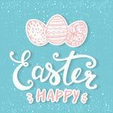 Fröhliche Ostern typografisch und Eier auf Feiertagshintergrund mit Licht und Sternen Lizenzfreies Stockbild