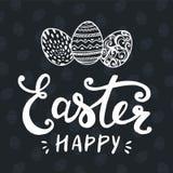 Fröhliche Ostern typografisch und Eier auf Feiertagshintergrund mit Licht und Sternen Stockbild