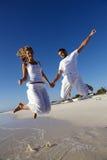 Fröhliche Paare auf Strand Stockbild