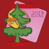 Fröhliche Schlange, die an einem Weihnachtsbaum hängt Stockbilder