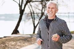 Fröhlicher älterer Mann, der in Park läuft stockbilder
